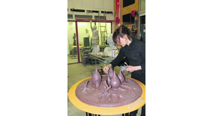 Sara H. façonne ses œuvres dans son atelier.