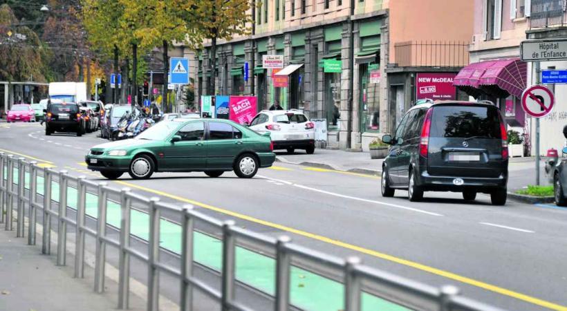 Sur l'avenue, les usagers sont parfois inconscients comme cet automobiliste qui tourne à gauche sur les voie du LEB alors qu'il est clairement interdit de le faire. © Valdemar VERISSIMO