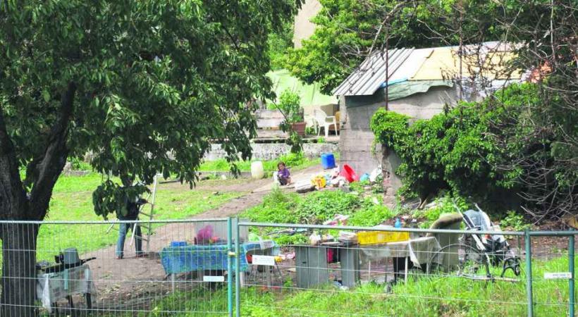 Après avoir été délogés des cabanons des Prés-de-Vidy, quatre familles roms se sont installées dans ce jardin.