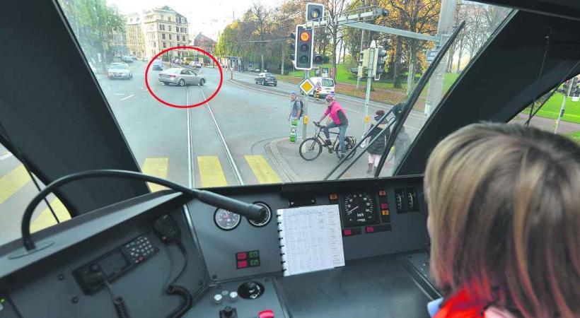 Alors que le train arrive, cet autre conducteurs fait un demi-tour sur route. © Valdemar VERISSIMO