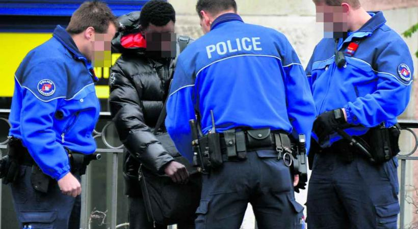 Un mois après l'impressionnante descente de police organisée à la place Chauderon, les forces de l'ordre maintiennent la pression sur les dealers.  PHOTOS - Valdemar VERISSIMO