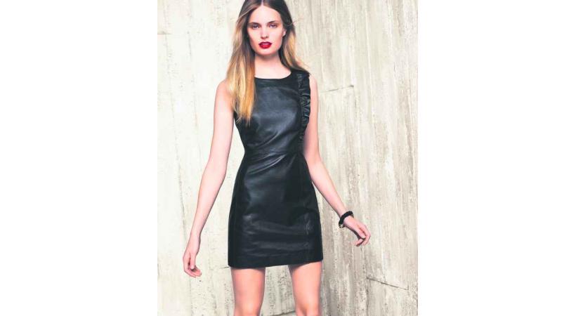Chez Manor, on mise sur la sobriété avec cette robe en cuir à accessoiriser selon ses envies.
