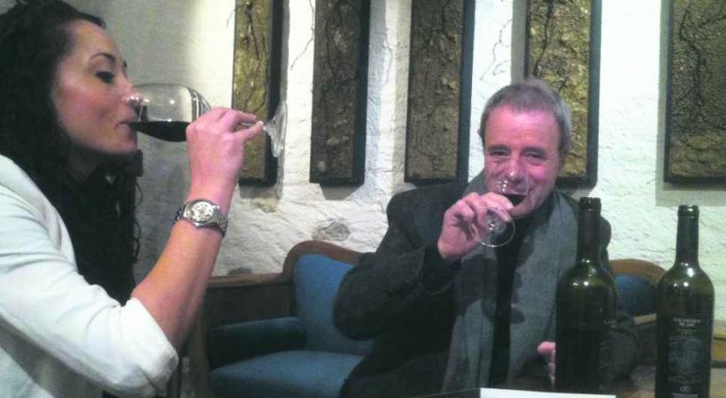 Dans sa cave à Féchy, le vigneron Raymond Paccot aime partager sa passion et faire déguster ses crus.